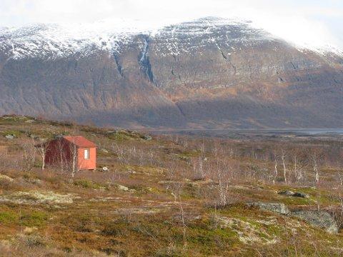 TYVERI: En rekke hytteeiere har blitt frarøvet verdier etter et innbrudsraid ved Altevatn. Hytta på bildet har ingenting med saken å gjøre. Her er ytterenden av Altevatn.