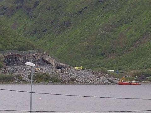 ULYKKE: En mann satt fastklemt etter at en gravemaskin ble truffet av steinmasser i Torsken på Senja.