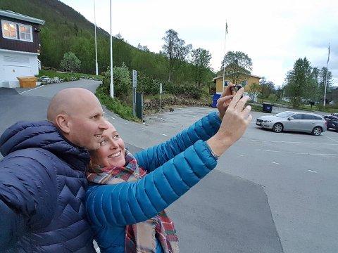 FJELLFIE: Hilde Østerholt (46) og Arne Åkvik (45) tar en selfie av en selfie ved Fjellheisen.