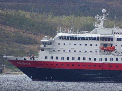 MOTORPROBLEMER: Hurtigruteskipet Richard With ankret opp i Straumsbukta utenfor Tromsø med motorproblemer onsdag ettermiddag.