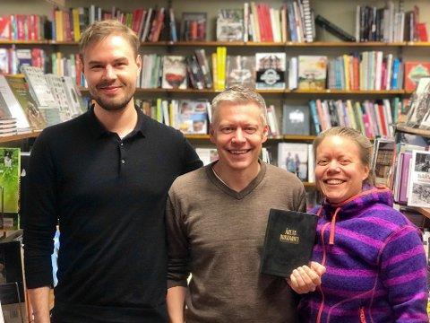 GLADE VINNERE: Bokhandler Martin Antonsen sammen med Merete Antonsen og Bjørnar Gärtner - stolte vinnere at Gullboken for årets bokhandel.