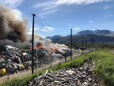 FLAMMER: Brannvesenet jobber med å få kontroll på brannen søndag ettermiddag.