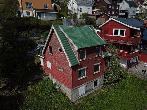 TIL FORFALL: Huset har stått til forfall i flere tiår. Nå skal det selges - sannsynligvis for å bli revet.