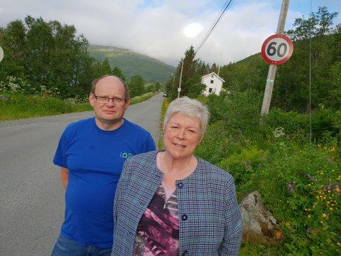 VIL SKRU NED SKILT: Lederen i Kattfjord utviklingslag, Anita Winther (t.h.), truer med å skru ned 60-skiltene. Hun bor i det hvite huset bak i bildet sammen med ektemannen Geir-Are Winther (t.v.)