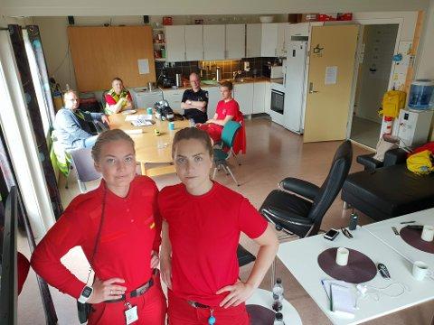 TRANGT: Ambulansearbeiderne Siv-Ragnhild Bjørnstad (foran til venstre) og Julie Andreassen viser frem stua som brukes til absolutt alt. Blodprøver, mat, avslapping og undervisning. Rundt bordet sitter Espen Stellander, Geir Karlsen, Eirik Skurdal og Joakim Haugnes.