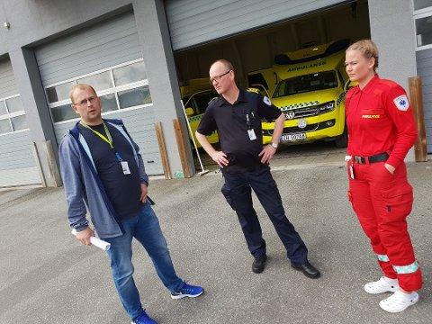 FIRE PLASSER: Ambulansestasjonen i Tromsø har seks ambulanser, men kun plass til fire av dem i garasjen. Plassmangelen er blant problemene som påpekes i en fersk rapport fra Arbeidstilsynet. Fra venstre: Assisterende seksjonsleder Espen Stellander, seksjonsleder Eirik Skurdal og ambulansearbeider Siv-Ragnhild Bjørnstad.