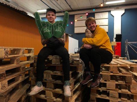 CAMPING: Her er Karl Løftingsmo Pedersen (til venstre), Espen Mortensen og beveren Arvid godt i gang med å bære paller og bygge scene i det gamle Mack-lokalet i Storgata.
