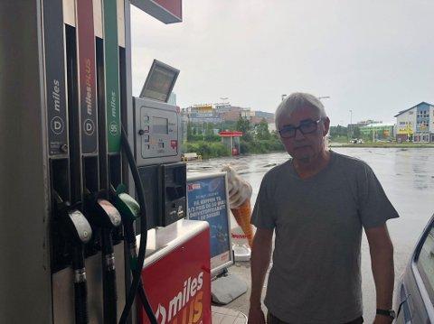 - HELT EKSTREMT: Jan Skogstad kjøpte bensin på Circle K i Breivika i Tromsø mandag ettermiddag. Han synes bensinprisen er ekstremt høy.