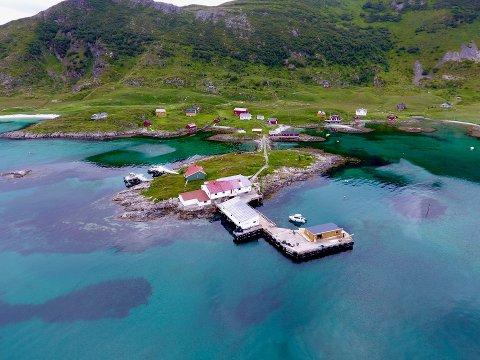 Den nye kaia på Sandøya er fundamentert på 60 nye pæler ned i havbunnen.