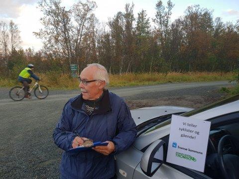 TELLEKOROPS: - Jeg teller hvor mange som som er på vei sørover og nordover, fordelt på kjønn. Og så registrerer jeg hvor mange som sykler med og uten hjelm, forteller Helge Ingebrigtsen.