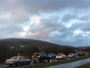 KØ: Trafikken siger over brua i begge retninger fordi politiet står på Sandnessundbrua og dirigerer. Foto: Øystein Solvang
