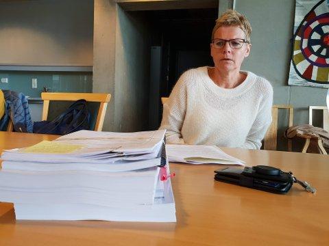 TRAVELT: Britt Elin Steinveg løp tirsdag med svære dokumentbunker fra møte til møte.