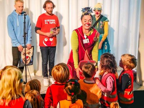 KLOVNER: For å markere at Sykehusklovnene endelig har opprettet base ved UNN, holdt skuespillere show for pasienter og besøkende barnehagebarn.