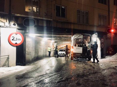 BOM FAST: En bil kjørte seg fast i tunnelinnslaget i Tromsø sentrum torsdag morgen.