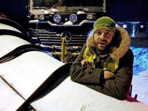 LEI HETSES: Daglig leder i Blåmann Maskin, Erlend Stenersen, oppfordrer folk til å telle til ti før de skjeller ut brøytesjåførene når de får snø inn i oppkjørselen. - Jeg er satt til å fjerne den, slik at ikke samfunnet stopper opp, sier 35-åringen. Foto: Øystein Barth-Heyerdahl
