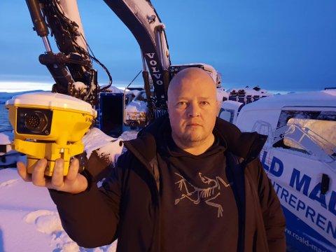 DYRT UTSTYR: Rune Madsen viser frem en antenne av samme type som er stjålet. Fra hver maskin er det stjålet utstyr for omlag 170.000 kroner.