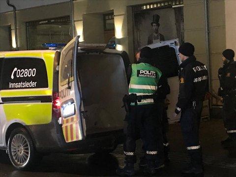 PÅGREPET: Her blir 50-åringen pågrepet av politiet i Storgata etter knivstikkingen 1. november. Om en måned må han møte i retten.