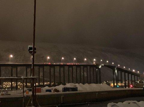 SKAPER KØ: Cirka midt på Tromsøbrua ble traileren stående fast onsdag kveld.