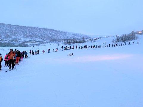 LANG KØ: Over 1.000 personer var innom Tromsø alpinpark i løpet av mandagen. Her fra søndagen under åpningshelga i januar, da køen til Bamseløypa i Kroken strakk seg langt oppover bakken.