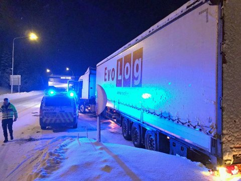 BOM FAST: Her står et tyrkiskregistrerte vogntoge fast ved avkjøringen til universitetsområdet for to uker siden. Tre tyrkiske vogntog ble strandet i Tromsø i nesten én uke grunnet dårlig dekkutrustning og vanskelige kjøreforhold.