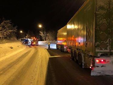 Her sperret bilene trafikken. Foto: Ola Solvang