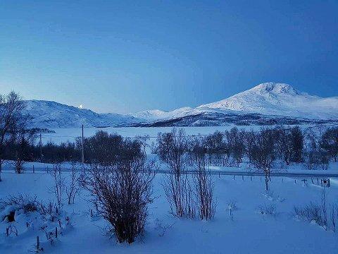 KULDEGROP: Her, ved Skogsfjordvatnet på Ringvassøy, ble det målt 28,2 minusgrader natt til mandag. Langt fra rekord, opplyser Laina Dalsbø, som er født og oppvokst her.