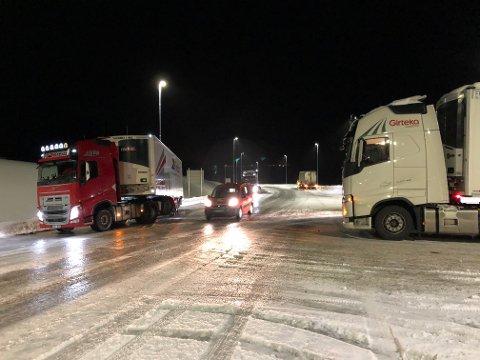 PÅ GLATTA: Tre vogntog hadde torsdag ettermiddag problemer i krysset der fylkesvei 866 møter E6 i Nordreisa.