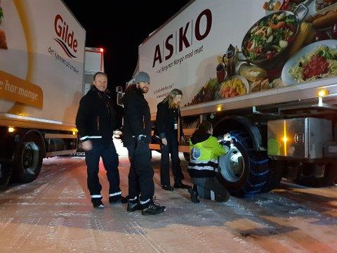 ASKO: ASKO-sjøfårene Pelle Lundgren, Michal Toth og Isabella Monika Stolc får en hjelpende hånd av Vygantas Grybenas