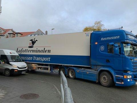I SKVIS: En varebil og et vogntog støtte sammen i Tromsø sentrum tidlig torsdag ettermiddag.