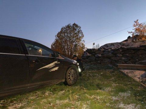 I HAGE: Bilen havnet i hagen etter utforkjøringen.