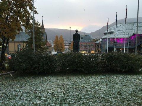 Her legger snøen seg på plenen i Rådhusparken. Foto: Helge Nitteberg
