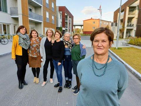 NÅ ER DET NOK: Sjefene ved hjemmetjenesten på fastlandet fortviler. Fra venstre: Renate Kristiansen, Heidi Svendsen, Sandra Skog, Britt Olsen,  Mai-Brit Strømme og Mari-Ann Benonisen. Foran er avdelingsleder Brit Fosse