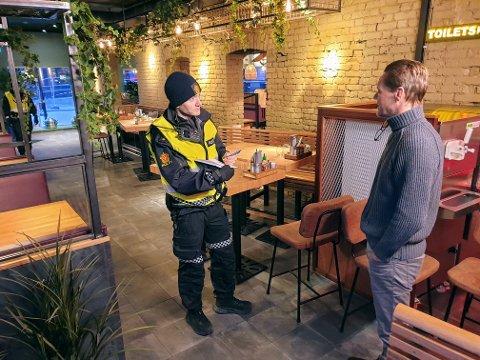 NOTERER: Politibetjent Kai Ruben Høgden snakker med daglig leder Morten Lønstad etter branntilløpet.