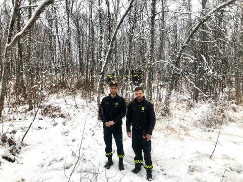 JAKTET SYKKELTYVENE: Her i skogen ved Tromsø Radio fant Trygg Vakt-vekter Tord Isaksen den ene sykkelen. Kollega Henning Boldermo til venstre. Foto: Are Medby