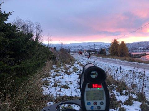 KONTROLL: UP gjennomførte tirsdag morgen en fartskontroll ved Hansnes skole. Foto: Utrykningspolitiet