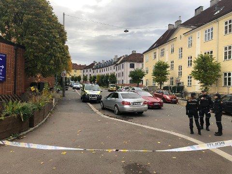 BEVÆPNET: Politiet bevæpnet seg og rykket ut med store styrker da en bevæpnet mann tok kontroll over en ambulanse i Oslo tirsdag. Foto: Anders Zerener (Nettavisen)