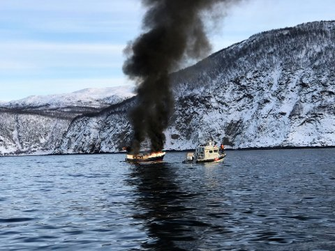 FULL FYR: I løpet av minutter var båten fullstendig overtent.