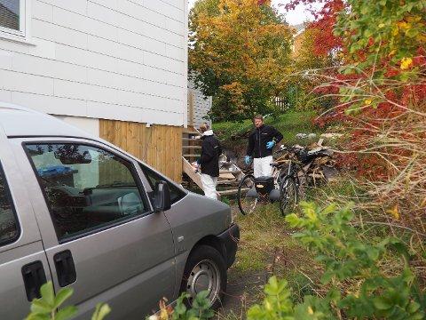 FANT LIK: To kriminalteknikere gjorde torsdag undersøkelser ved huset på Borkenes i Kvæfjord der det er funnet levninger av en død person. Foto: Håkon Wikan / NTB Scanpix