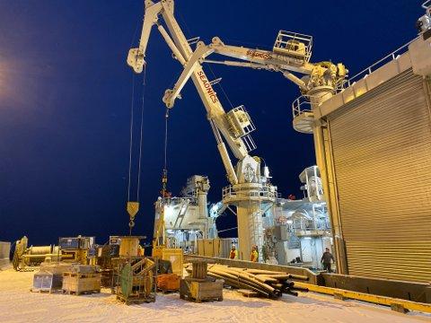 MYE BAGASJE: Utstyr til toktet lastes om bord i Longyearbyen. Forskerne har med seg mye utstyr når de skal ut og forske.