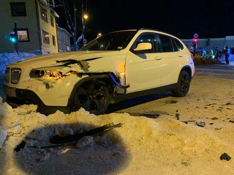 BETYDELIGE SKADER: Ingen personer ble skadd, men begge bilene fikk materielle skader i kollisjonen.