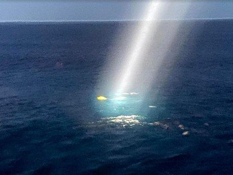 NÅL I HØYSTAKK: Den gule riggen fra havbunnen lokalisert i havoverflaten med lyskaster fra forskningsskipet.