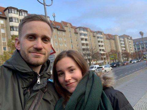 BERLIN-TUR: Simen Pedersen og Fløya-spiller Amalie Lillevold Johnsen på ferietur i Berlin.