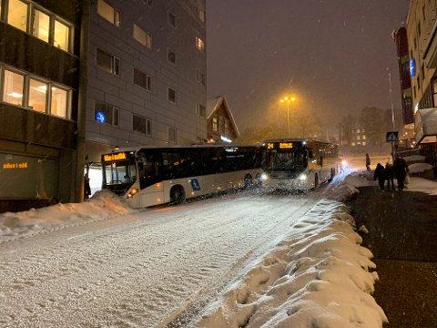 TRØBBEL: En rutebuss fra Tide har fått trøbbel ned bakken i Fredrik Langes gate. Foto: Thor Harald Henriksen