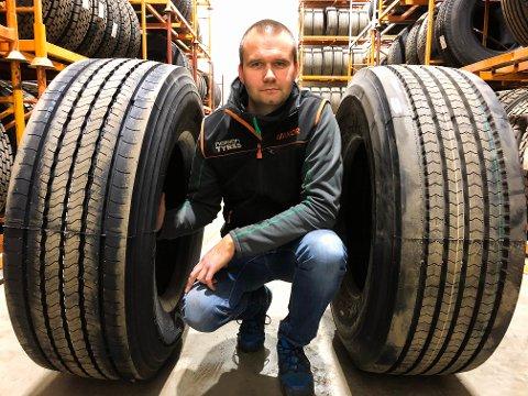 ALPEDEKK: Daniel Hunstad Nylund viser frem sommerdekk fra to ulike dekkprodusenter, begge med det såkalte alpemerket.