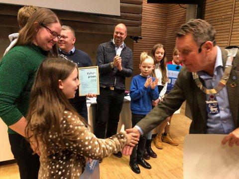 FIKK PRIS: Tromsø-ordfører Gunnar Wilhelmsen hilser på Silje Remlo under prisutdelingen i kommunestyret onsdag.