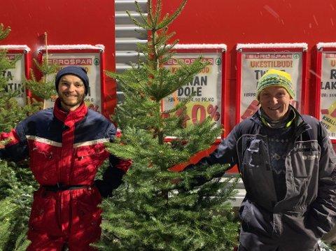 TRADISJON:  Kristoffer Forsberg Olsen (t.v.) og Kurt Olsen selger juletrær utenfor Eurospar på Tomasjord i Tromsø.