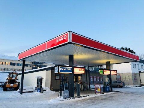 SELGER: Nå selges butikk, bensinstasjon og dekkbutikken.