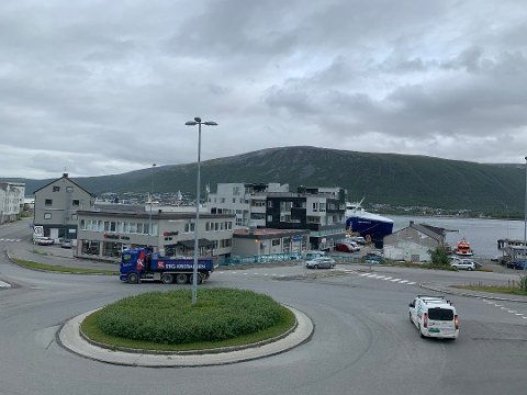 RIVES: Om nye Stakkevollvegen forlenges til rundkjøringa i Hansjordnesbukta, må både byggene til Tromsø ski og sykkel og Comfort til venstre i bildet vike.