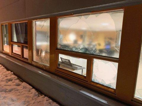 KNUSTE RUTER: Slik ser det ut ved Kroken skole og Kroken legekontor etter hærverket søndag kveld.
