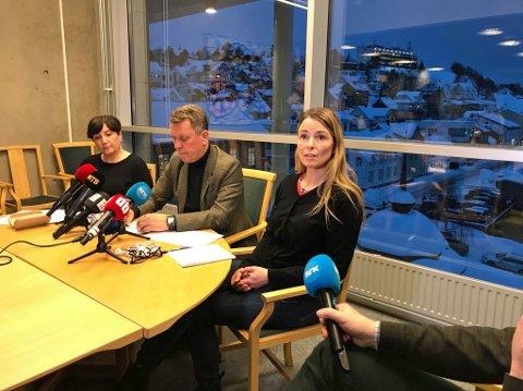MØTTE PRESSEN: Avdelingsdirektør Kari Henriksen, ordfører Gunnar Wilhelmsen og kommuneoverlege Kathrine Kristoffersen møtte pressen tirsdag ettermiddag for å informere om Tromsø kommunes arbeid i Fagereng-tragedien.